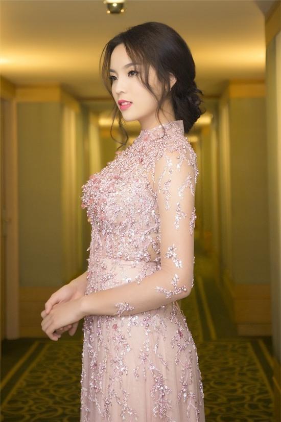 """Hoa hậu Kỳ Duyên mắc lỗi ngay lần đầu mặc """"hở bạo"""" 4"""