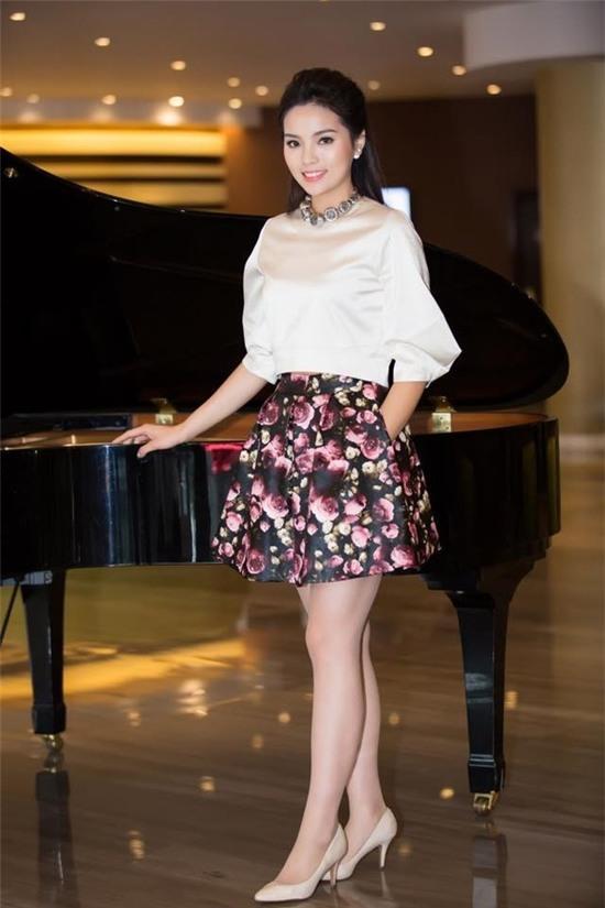 """Hoa hậu Kỳ Duyên mắc lỗi ngay lần đầu mặc """"hở bạo"""" 6"""
