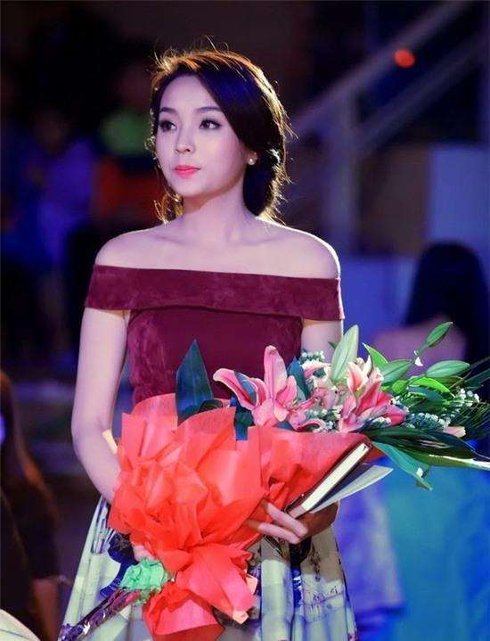 """Hoa hậu Kỳ Duyên mắc lỗi ngay lần đầu mặc """"hở bạo"""" 8"""