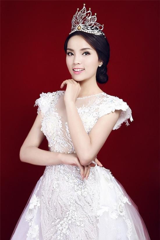 """Hoa hậu Kỳ Duyên mắc lỗi ngay lần đầu mặc """"hở bạo"""" 9"""