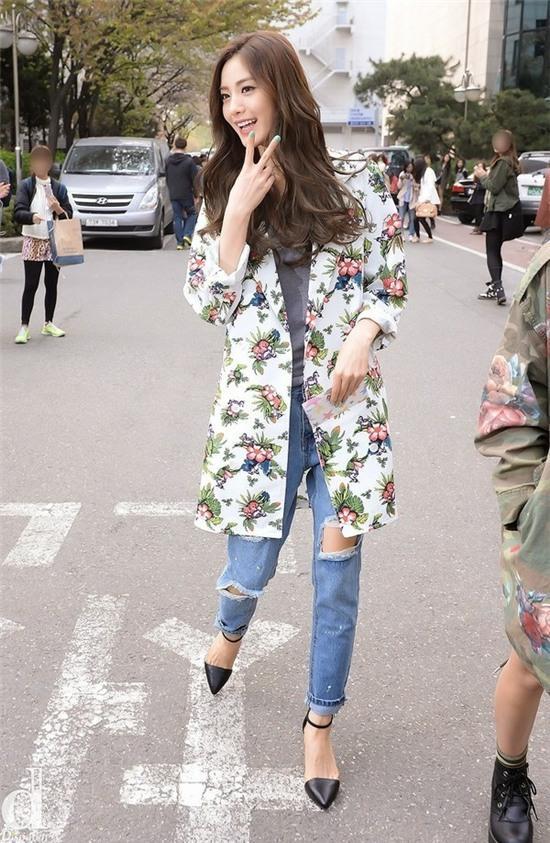Học lỏm sao Á cách mặc quần jeans xanh thêm thu hút ngày lạnh 11