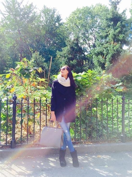 Học lỏm sao Á cách mặc quần jeans xanh thêm thu hút ngày lạnh 2