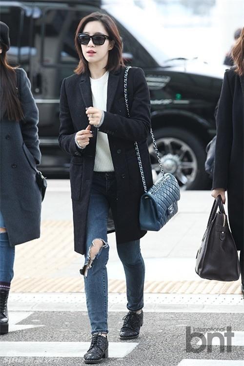 Học lỏm sao Á cách mặc quần jeans xanh thêm thu hút ngày lạnh 22
