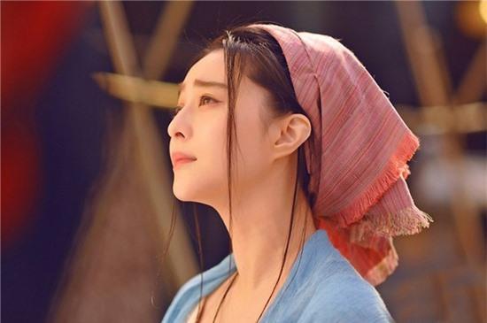 Trong phân đoạn phim khi Võ Mị Nương còn là một cô nàng dịu dàng, ngây thơ,  chuyên gia trang điểm lựa chọn son kem màu hồng nude nhằm tăng vẻ đẹp tự nhiên cùng nét hiền hậu cho gương mặt.
