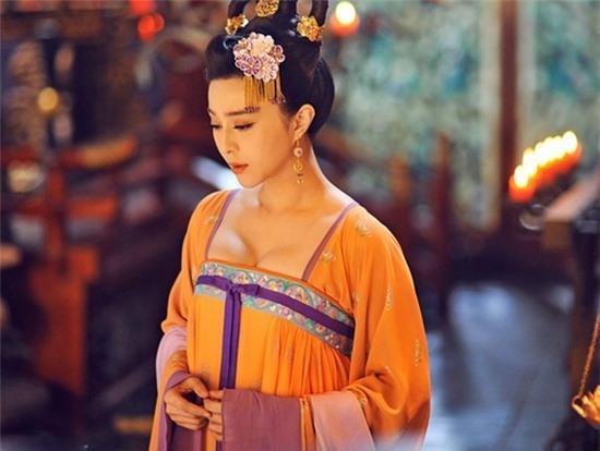 Nhan sắc mong manh tựa cánh hoa của Võ Tắc Thiên với màu son cam đầy lôi cuốn.