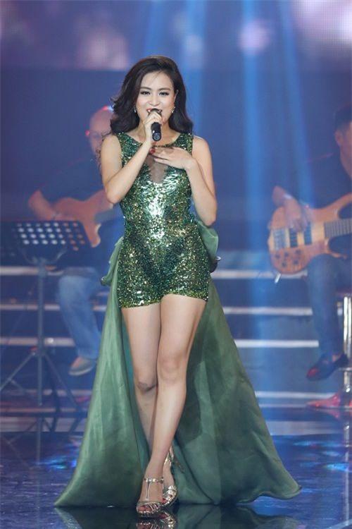 Hình ảnh: Hoàng Thùy Linh 'nghiện' mặc jumpsuit ngắn bốc lửa số 2