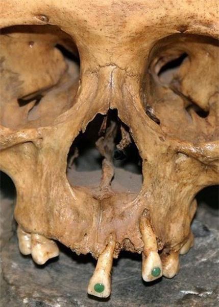 Xem người Maya cổ đục và đeo đá quý vào... răng 1