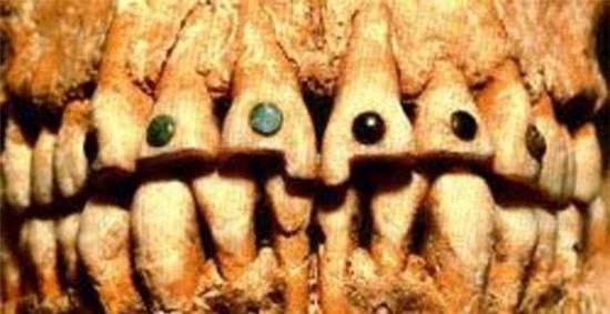 Xem người Maya cổ đục và đeo đá quý vào... răng 3