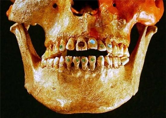 Xem người Maya cổ đục và đeo đá quý vào... răng 4