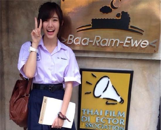 Trong trang phục học sinh Thái Lan, Nenezsnp trông thật trẻ trung. Ảnh: Facebook.