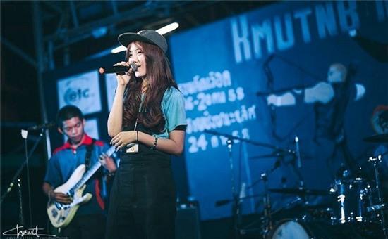 Nenezsnp biểu diễn trong cuộc thi Kmutnb Music Award năm vừa qua tại Thái Lan. Cư dân mạng luôn trông ngóng những bản cover của hot girl xinh đẹp mang giọng hát thiên thần này.