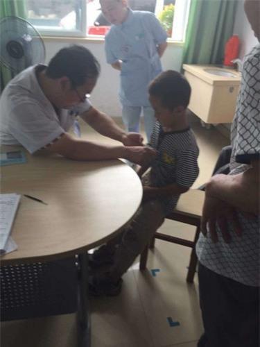 Cháu bé nạn nhân đang được bác sĩ xem xét vết thương