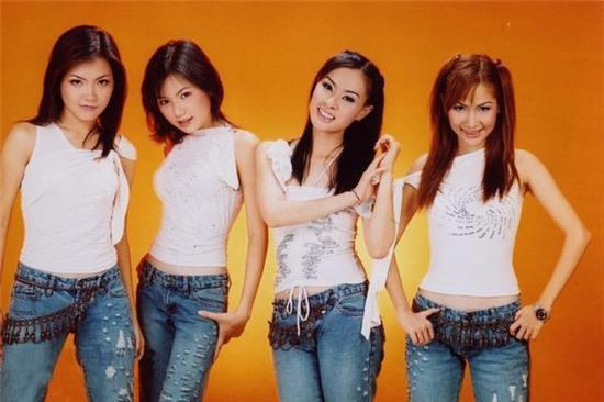 Duy Uyên (ngoài cùng bên phải) tên thật là Nguyễn Ngọc Duy Uyên. Cô sinh năm 1983 và từng là thành viên kì cựu của nhóm nhạc Mắt Ngọc từ thời mới thành lập.