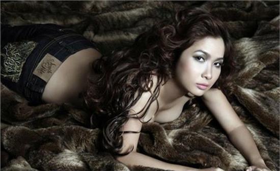 Cũng trong thời điểm này, bộ ảnh bán nude nóng bỏng của Duy Uyên bị lộ và gây tranh cãi nhiều trong cộng đồng mạng.