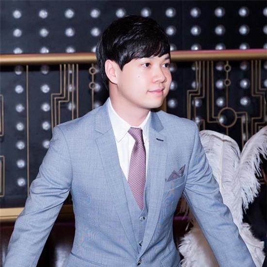 Với kinh nghiệm từng được đào tạo ở trường đại học Melbourne (Úc), Tín Nguyễn được gia đình trao cho trọng trách quản lý tập đoàn đúng vào ngày sinh nhật của mẫu thân.