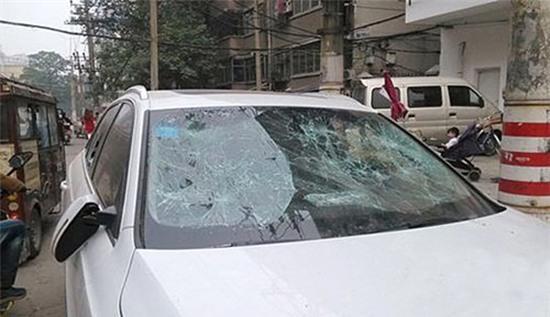 Thiếu nữ tức giận đập nát xe gần 15 tỷ vì cãi nhau với người yêu