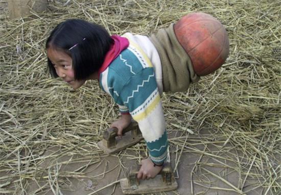 Cô gái không chân gây chấn động Trung Quốc bởi nghị lực sống phi thường