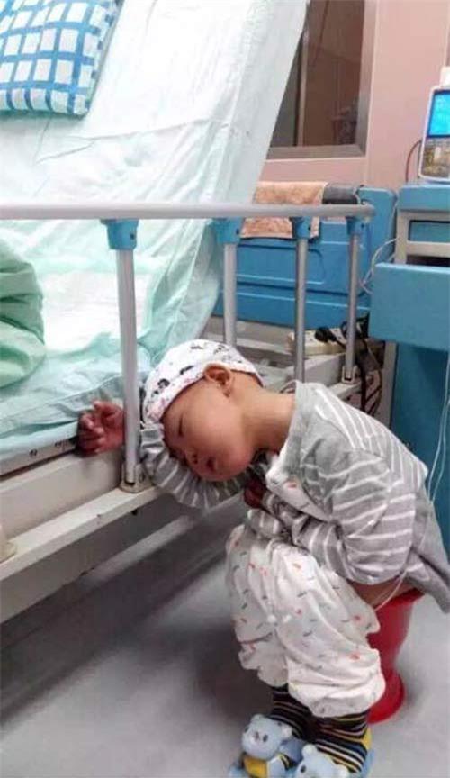 Cậu bé dường như rất mệt mỏi và không thể chịu đựng được những đau đớn nên đã muốn bố mẹ hãy chôn mình đi.