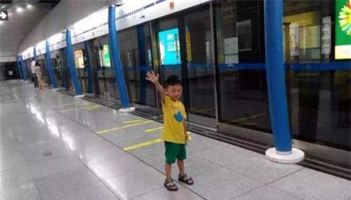 Hình ảnh cậu bé Du Sihan đáng yêu ngoài đời thường