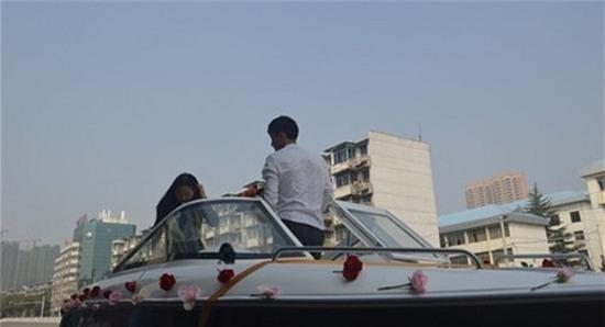 Chơi sang lái tàu đến cầu hôn bạn gái vẫn bị ném trả nhẫn