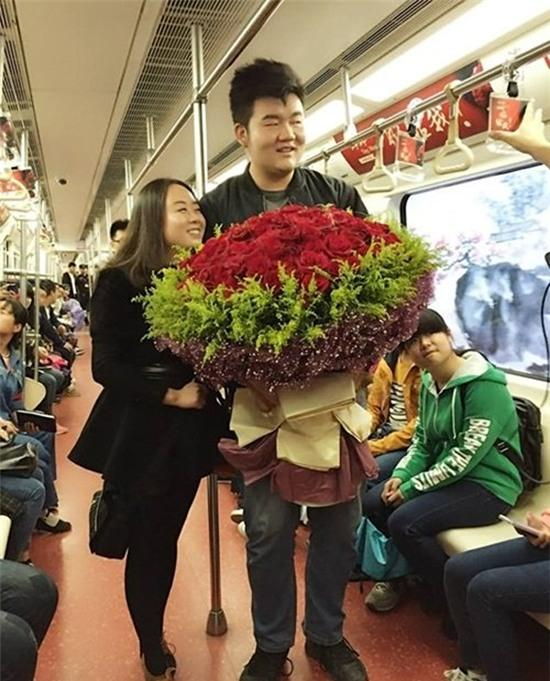 Chàng trai trang trí cả toa tàu điện ngầm để cầu hôn