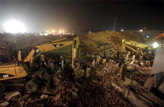 Nhà máy sụp đổ hoàn toàn. Ảnh: Reuters