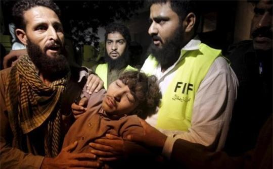 Người bị thương được đưa ra khỏi đống đổ nát. Ảnh: Reuters