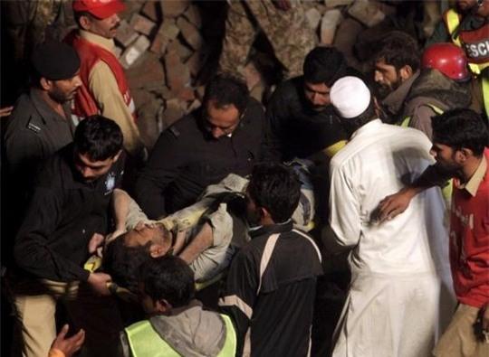Lực lượng cứu hộ tiếp tục tìm kiếm nạn nhân. Ảnh: Reuters