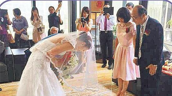 Đây là lần thứ hai kết hôn của chân dài sinh năm 1982.