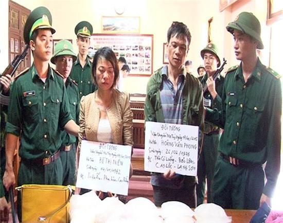 Lực lượng chức năng bắt giữ đôi nam nữ vận chuyển trái phép ma túy. Ảnh: MT.