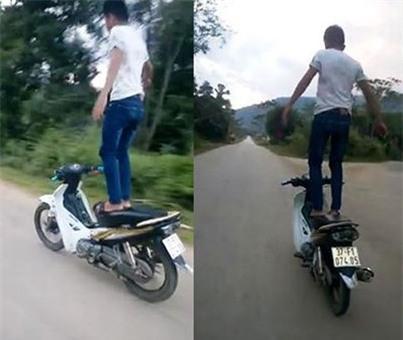 Nam thanh niên tên Sơn, đứng trên yên điều khiển xe máy chạy vù vù trên đường - Ảnh cắt từ clip