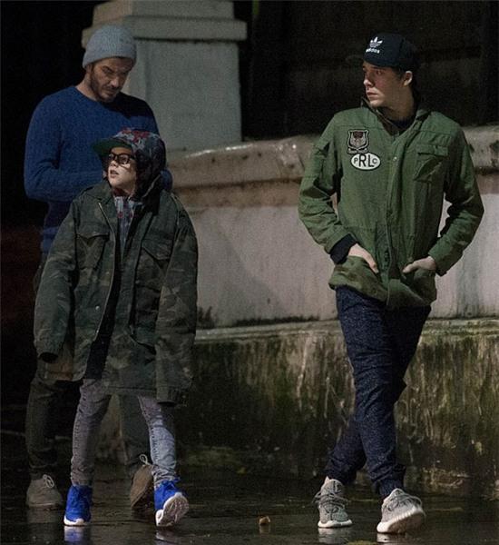 Becks cùng hai con trai là Brooklyn và Cruz xuống phố ở London tối qua.