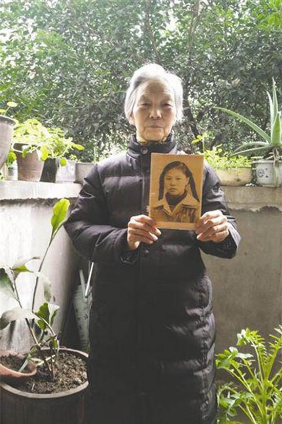 Bà cụ 80 tuổi ngày ngày đi tìm kiếm 'tình đầu' gây xôn xao