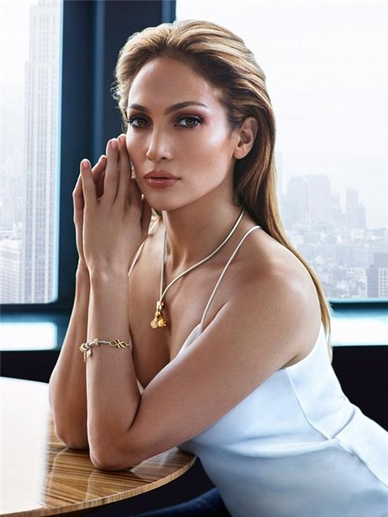 Jennifer Lopez phủ nhận đính hôn với bồ trẻ