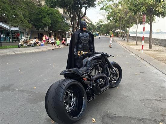 Chàng trai Việt Nam đầu tư cả bộ Batman, xuống phố chơi Tết - Ảnh 1.