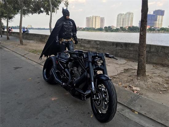 Chàng trai Việt Nam đầu tư cả bộ Batman, xuống phố chơi Tết - Ảnh 2.