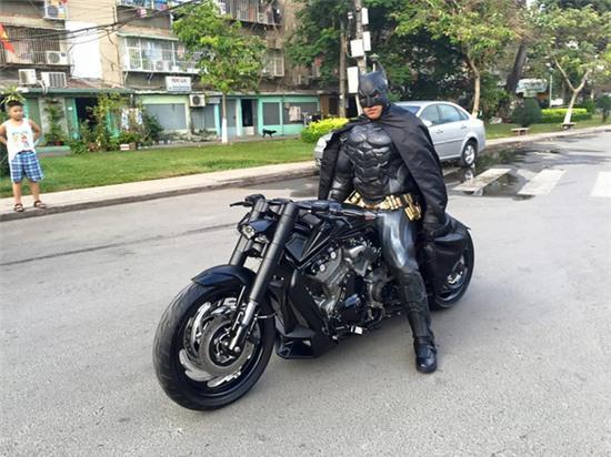 Chàng trai Việt Nam đầu tư cả bộ Batman, xuống phố chơi Tết - Ảnh 3.