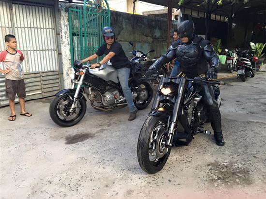 Chàng trai Việt Nam đầu tư cả bộ Batman, xuống phố chơi Tết - Ảnh 4.