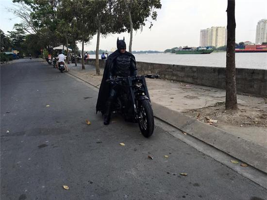 Chàng trai Việt Nam đầu tư cả bộ Batman, xuống phố chơi Tết - Ảnh 5.