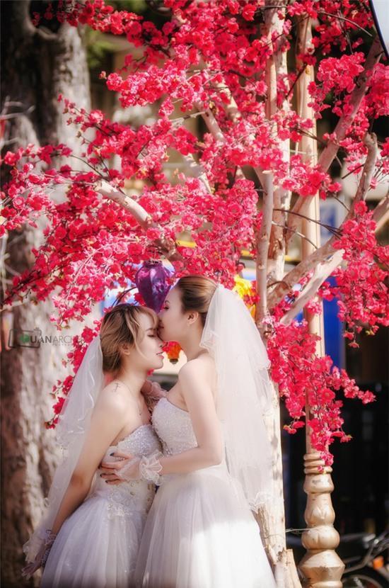 Hai cô gái đi chụp ảnh cưới sau khi chia tay bạn trai: Tình cảm của chúng mình là thật - Ảnh 1.