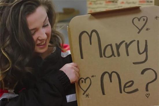 9x nước Anh mạnh dạn cầu hôn bạn trai vào ngày con gái tỏ tình - Ảnh 3.