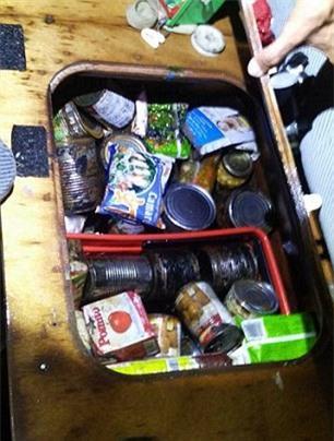 Nhiều đồ hộp được tìm thấy trên du thuyền. Ảnh: Daily Mail
