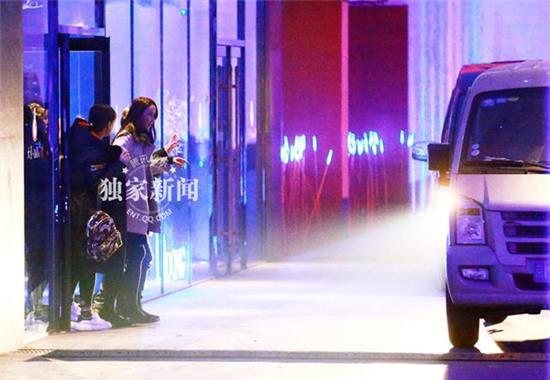 """""""Mỹ nhân cổ trang"""" Hồ Tịnh bị bắt gặp uống say đến không đứng vững trên phố - Ảnh 4."""