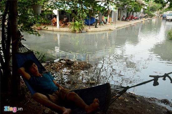 Nước ngập nhiều màu, nồng nặc mùi hóa chất ở Sài Gòn - Ảnh 1.