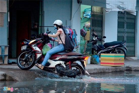 Nước ngập nhiều màu, nồng nặc mùi hóa chất ở Sài Gòn - Ảnh 10.