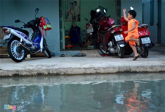 Nước ngập nhiều màu, nồng nặc mùi hóa chất ở Sài Gòn - Ảnh 11.