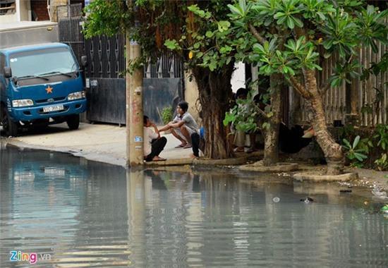 Nước ngập nhiều màu, nồng nặc mùi hóa chất ở Sài Gòn - Ảnh 12.