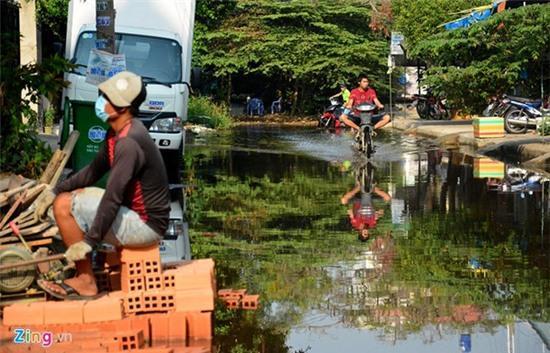 Nước ngập nhiều màu, nồng nặc mùi hóa chất ở Sài Gòn - Ảnh 13.