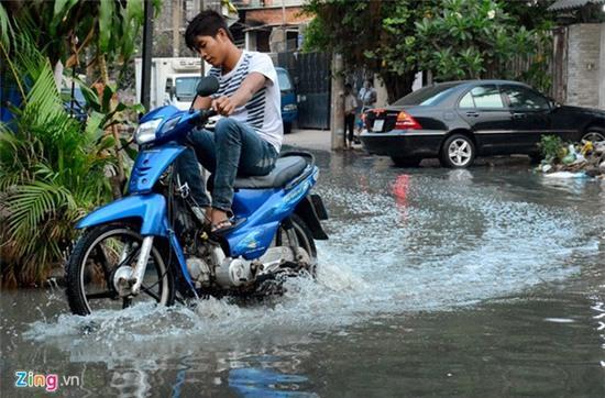 Nước ngập nhiều màu, nồng nặc mùi hóa chất ở Sài Gòn - Ảnh 2.