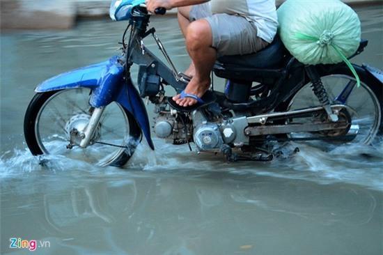 Nước ngập nhiều màu, nồng nặc mùi hóa chất ở Sài Gòn - Ảnh 3.